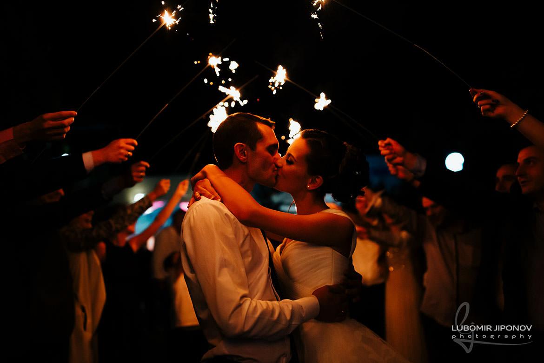 Сватбена фотография с бенгалски огън от сватба