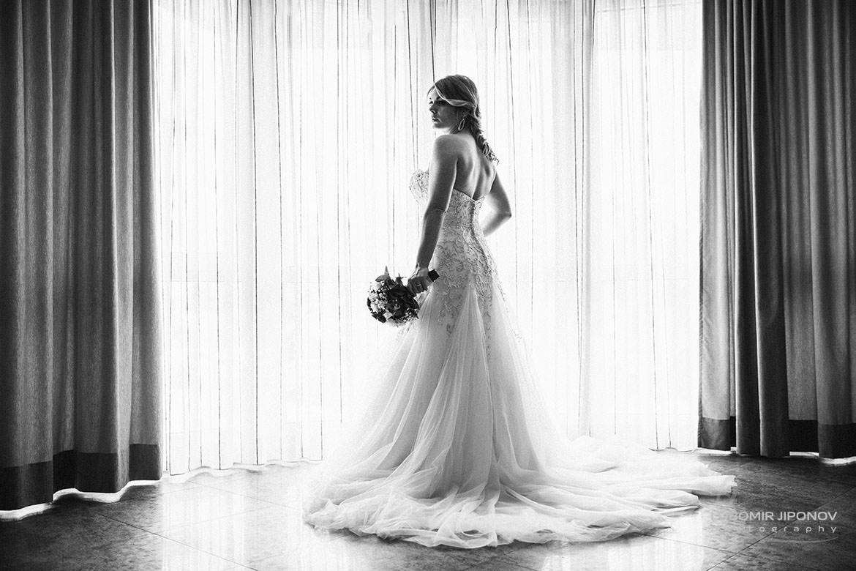 Сватбена фотография на подготовката на булката в София България