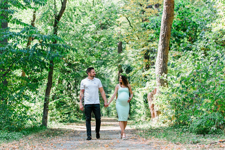 разходка в парка при бременна фотосесия в софия