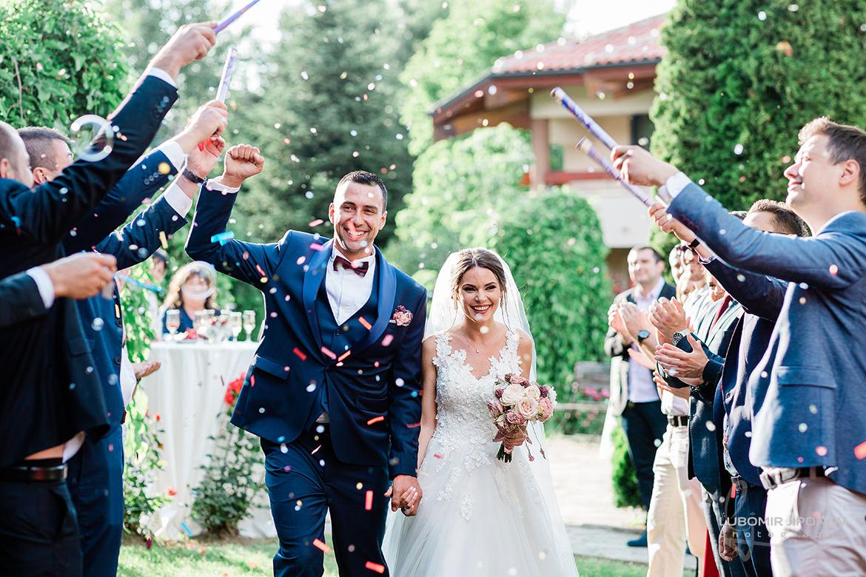 сватбена снимка с конфети в царско село софия