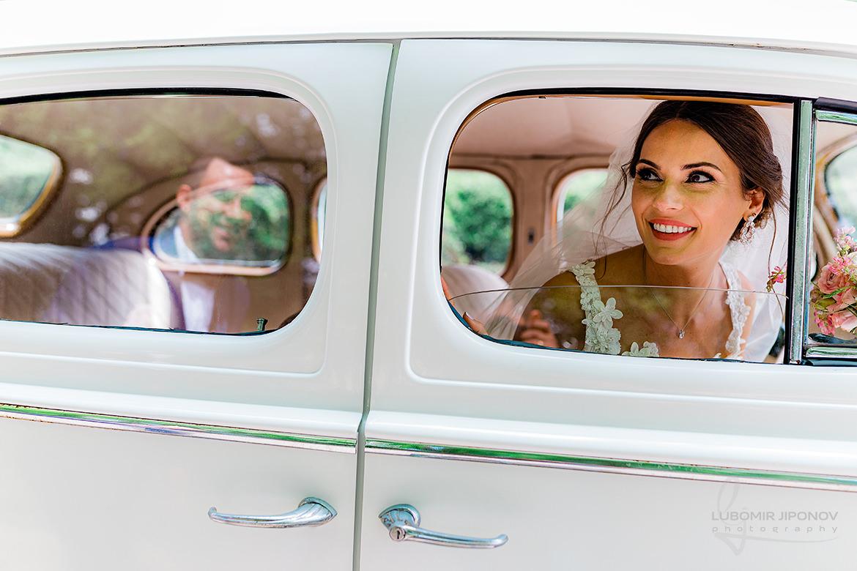 сватбена фотосесия в деня на сватбата и ретро автомобил