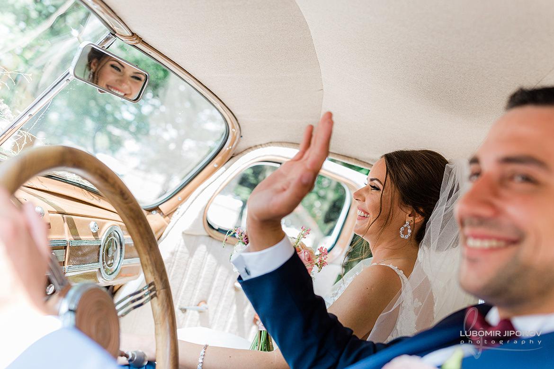 снимка на младоженците в ретро автомобил от сватбена фотосесия в софия