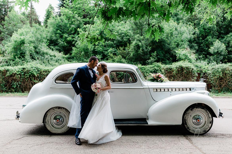 сватбена фотография на младоженците с ретро кола в софия