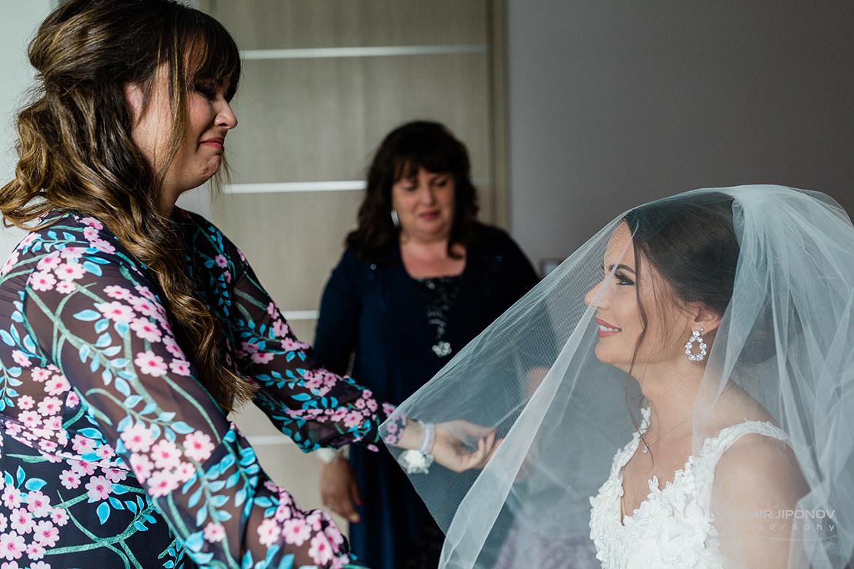 емоционална сватбена фотография при подготовка на булката в хотел Царско село в София