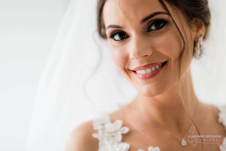 сватбена фотография при подготовка на булката в комплекс Царско село в София