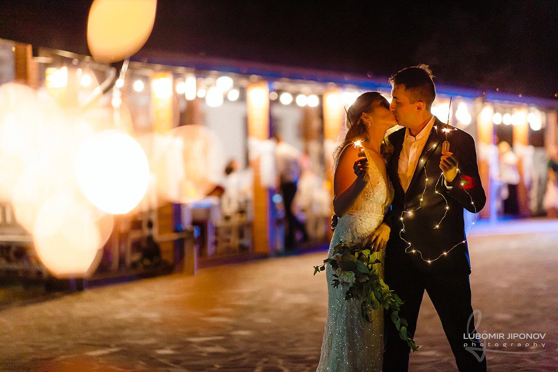 Сватбена фотография с бенгалски огън на младоженци в комплекс Кралско село