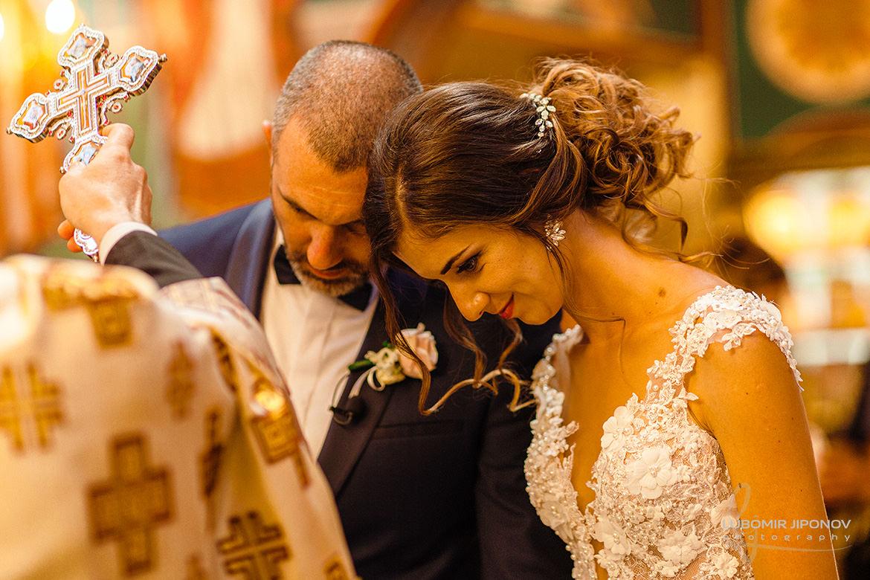 Църковна сватбена церемония в храм Въздвижение на Св. Кръст Господен
