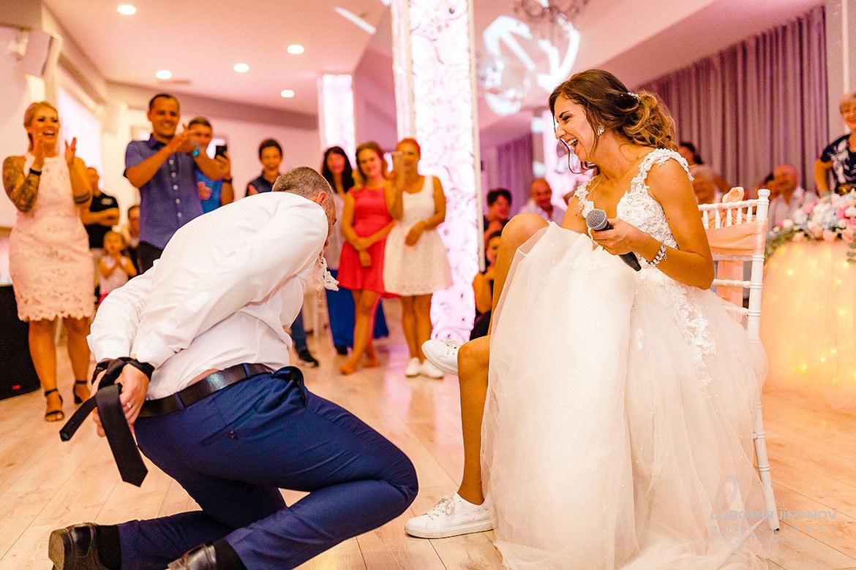 Взимане на жартиера на сватба в хотел Акорд