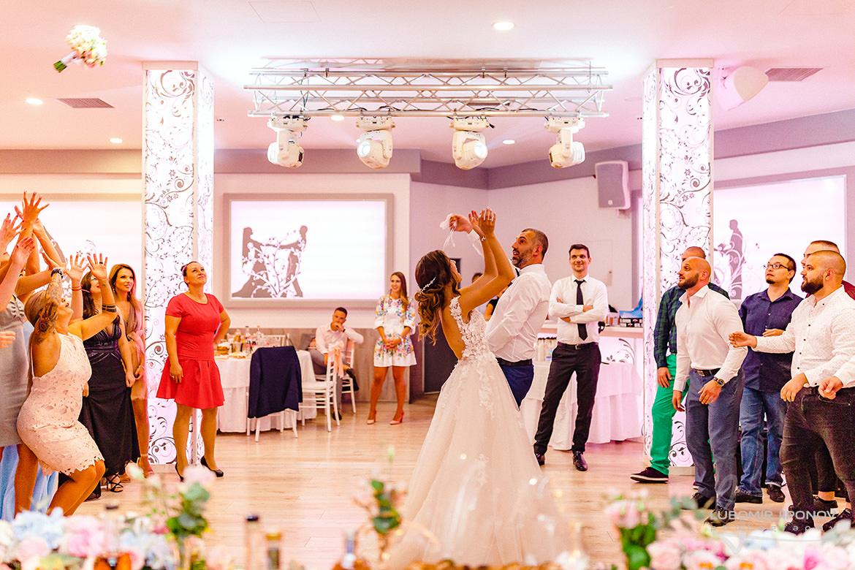 Хвърляне на букета и жартиера на сватба в хотел Акорд в София