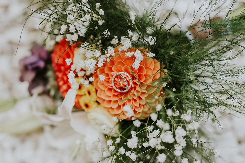 сватбени пръстени върху бул