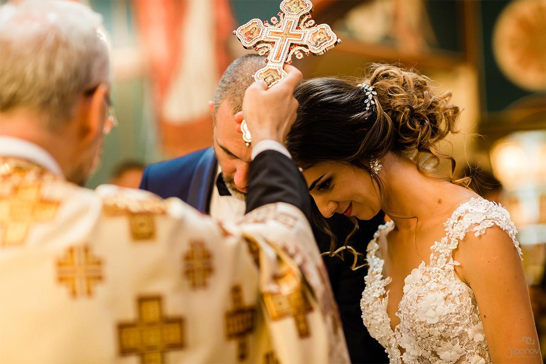 Международно наградена документална сватбена фотография на младоженци в София, България.
