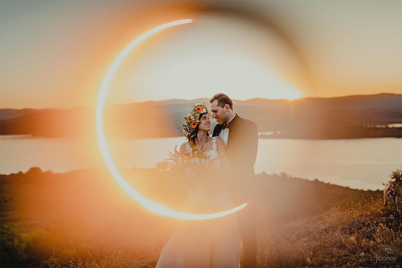 Артистична сватбена фотография на младоженци по залез в България