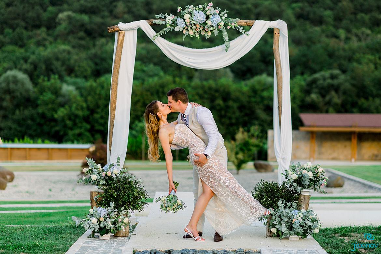 Булка и младоженец на сватбена фотосесия по залез в Midalidare
